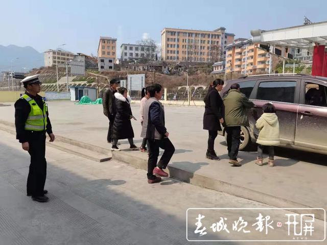 """镇雄9岁逃学""""熊孩子""""漫步高速路 (5).jpg"""