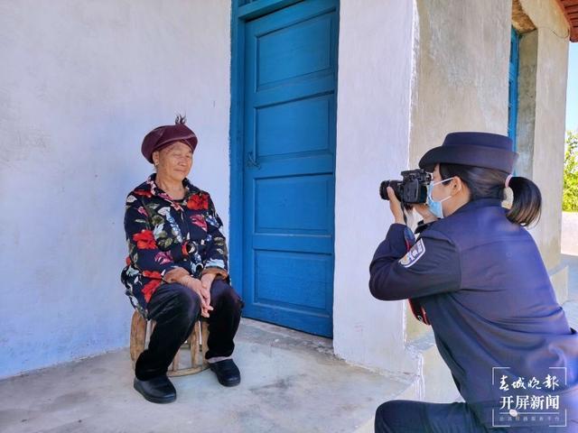 廖夏云上门为留守老人拍摄身份证照片 李静 摄