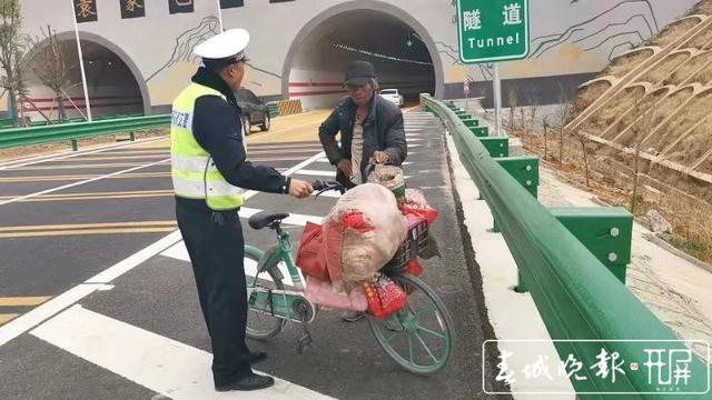 拾荒者推单车逆行高速路,随时有被撞飞危险…昭通交警吓坏了