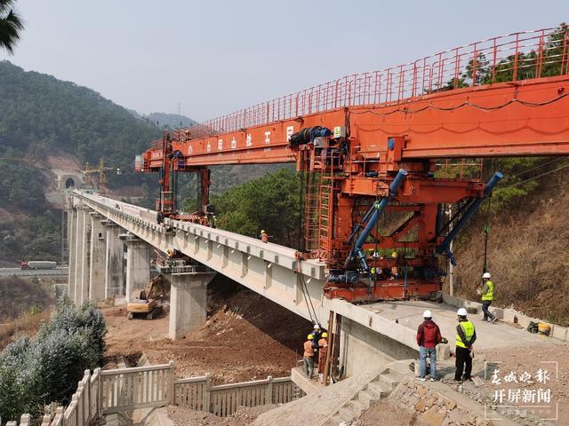 图为大瑞铁路大保段小浪谭二号大桥最后一片桥梁顺利架设完成