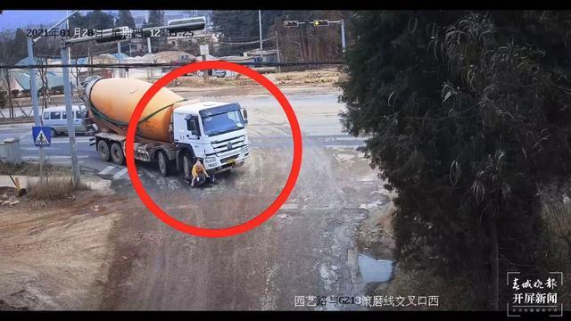 昆明一骑电动车男子遭大货车碾压,现场视频曝光……如何有效避免此类型事故发生?