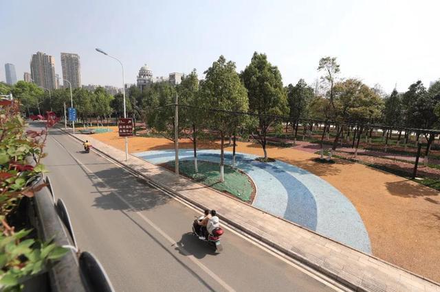 环南路与滇池路交叉口西南角的绿地公园已基本完工.jpg