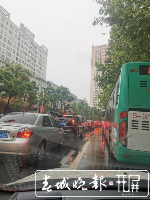 昆明下雨堵车21.jpg