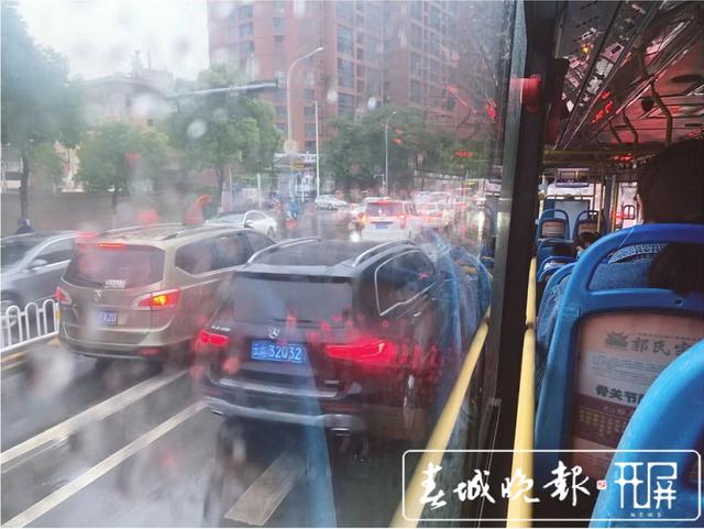 昆明下雨堵车20.png
