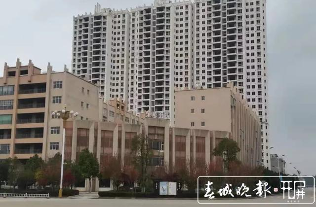 """127户业主喜领不动产权证,曲靖这幢""""烂尾楼""""迎来春天!"""