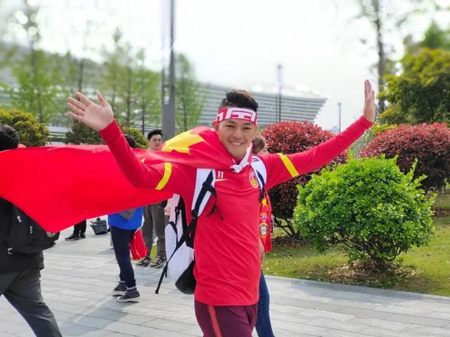 女足冲奥成功,云南小伙球赛现场求婚令人动容(图据丽江读本)