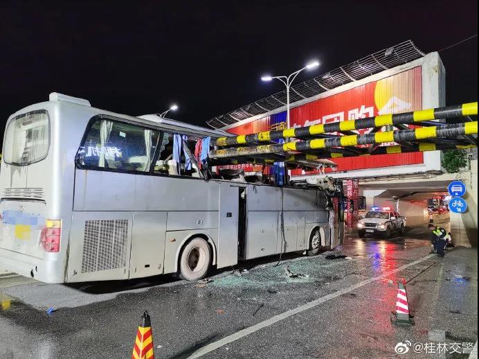 桂林一大巴撞上限高架被削顶,致1死6伤!