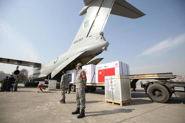 中国政府首批对外援助新冠疫苗2021年2月1日在巴基斯坦首都伊斯兰堡附近的努尔汗空军基地正式移交巴基斯坦。新华社记者 刘天 摄