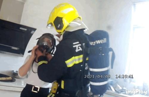 浓烟滚滚,玉溪一名消防员却取下了防护面罩…(消防供图)