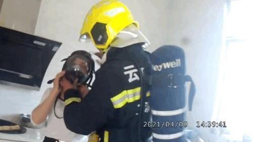 暖心!滚滚浓烟中,玉溪一名消防员取下了防护面罩…