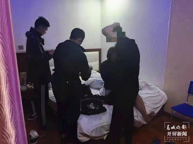 腾冲警方摧毁一个全链条收贩卡组织 崔敏 通讯员 李曦 摄
