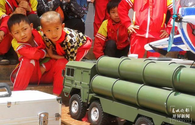 云南科技体育模型进校园 打卡红色地标