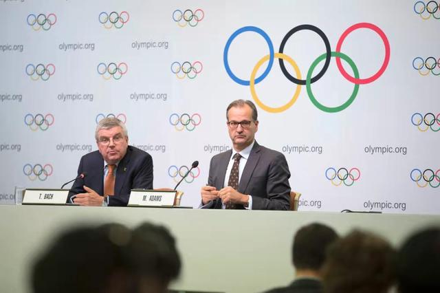 国际奥委会发言人马克·亚当斯(右)出席新闻发布会。新华社记者杜潇逸摄.jpg