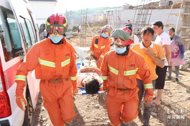 民房垮塌致1人被埋,镇雄消防紧急救援