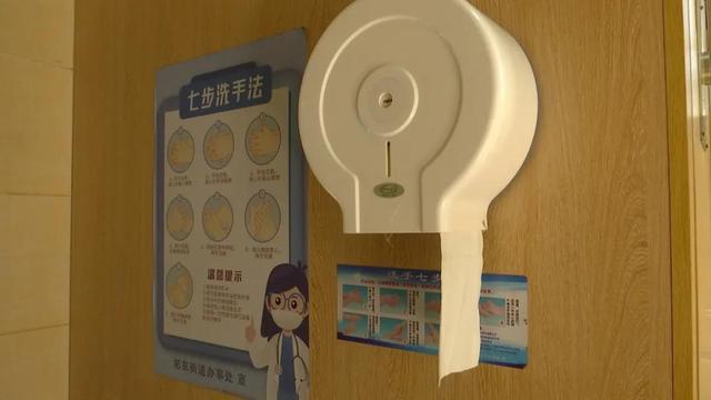 公厕免费手纸用起来不心疼? 一天能用1000多米2.jpg