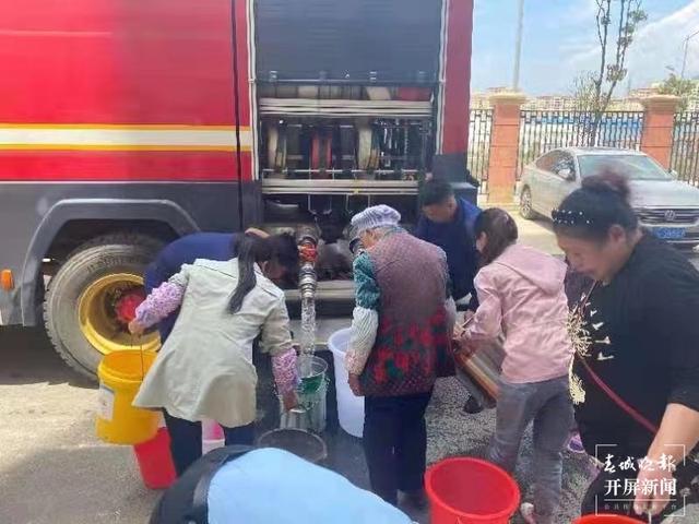 昭通昭阳消防为缺水群众送水430多吨.jpg