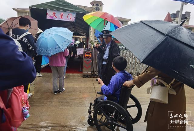 云南火场救弟女孩今早乘轮椅参加高考2.jpg
