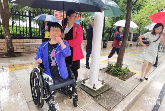 云南火场救弟女孩今早乘轮椅参加高考.jpg