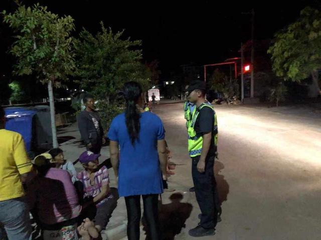 云南双柏地震:派出所民警迅速组织震中学生转移(图据人民日报)