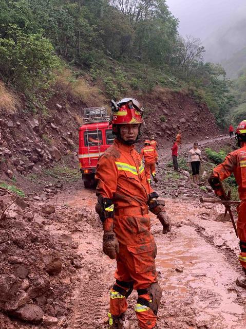 楚雄消防38车230人3犬正在有序展开救援(消防供图)
