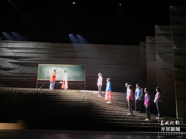 大型原创话剧《桂梅老师》在昆首演(春城晚报-开屏新闻记者 杨质高 摄)