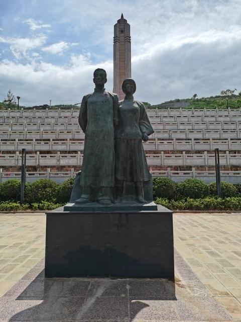 烈士陵园里矗立着李国柱、吴澄铜像。巧家县退役军人事务局陈现华 摄