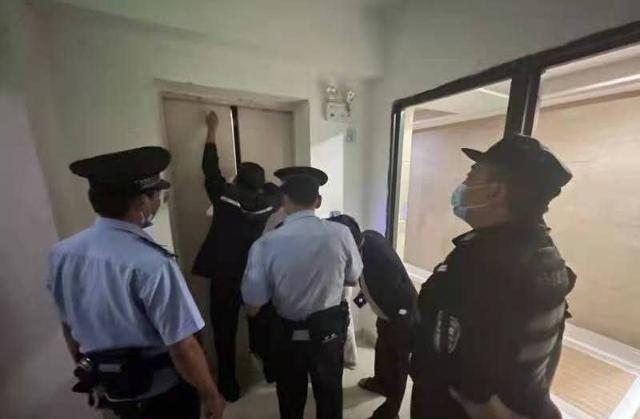 被困33层电梯内,昆明这个小学生的做法让民警点赞!(供图)