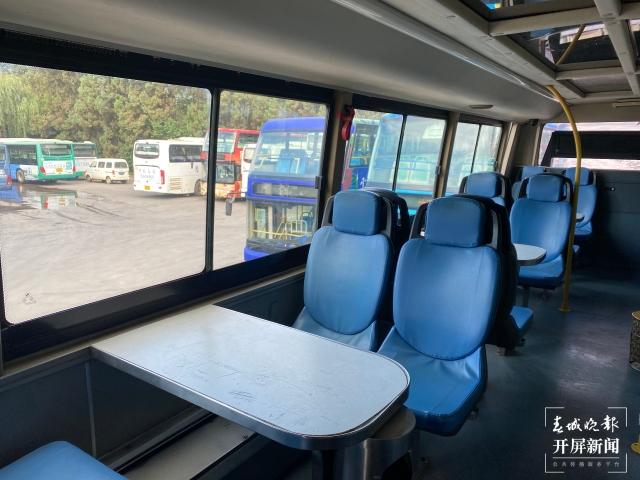 """小桌子、皮座椅……昆明这样配置的4台""""卡座巴士""""明年将退休"""