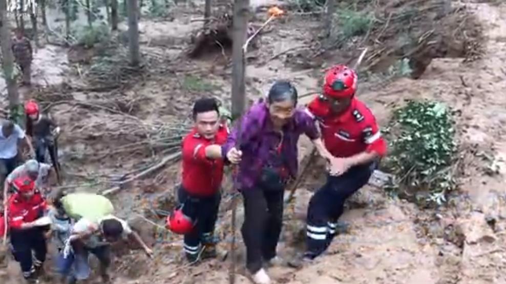 河南一村庄道路塌方严重断水断电,民间救援队徒步9小时救援