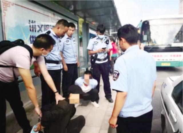 上班途中偶遇嫌犯 青年辅警一眼认出.png