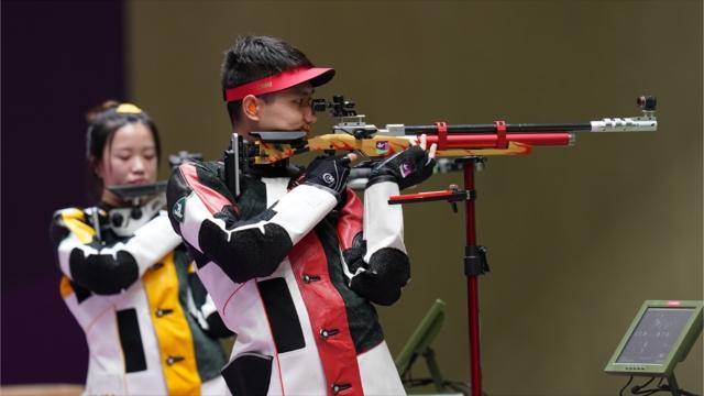 杨倩(左)/杨皓然在比赛中 图片来源于新华社