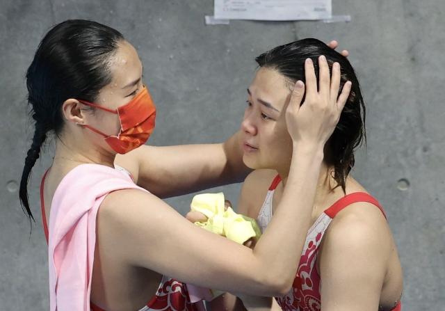 中国选手施廷懋(右)与队友王涵在比赛后。新华社记者 丁旭 摄