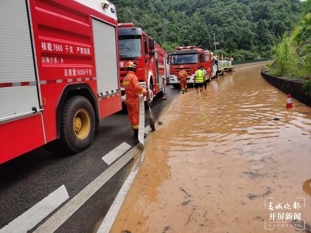 昆墨高速红龙厂收费站路段积水严重(李春丽 通讯员 李慧丽 摄)
