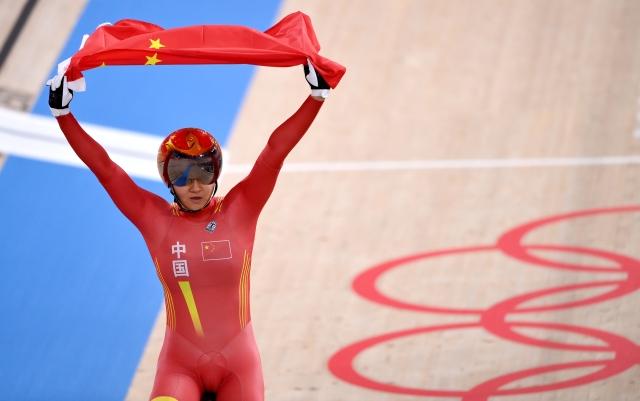 8月2日,中国选手钟天使在比赛后庆祝。新华社记者 张宏祥 摄