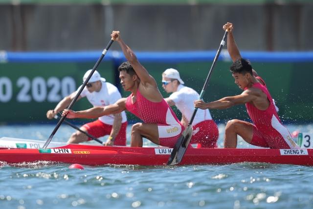 8月3日,中国选手刘浩(左)、郑鹏飞在男子1000米双人划艇半决赛中。新华社记者 薛玉斌 摄