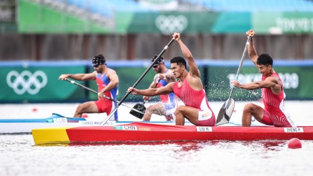 8月2日,中国选手刘浩(左)、郑鹏飞在男子1000米双人划艇比赛中。新华社记者 潘昱龙 摄