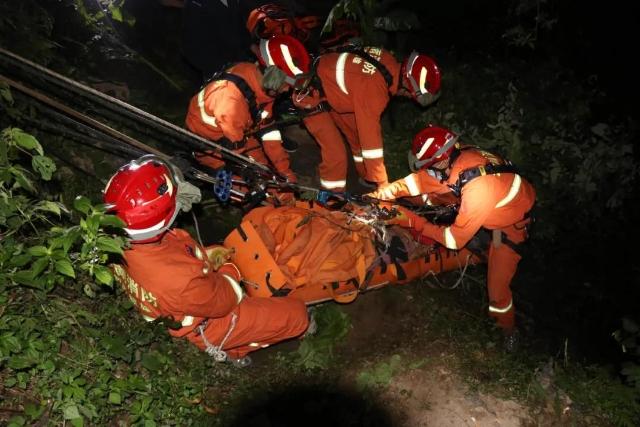 镇雄一女子掉入40米深洞,消防深夜紧急救援(图自云南消防)