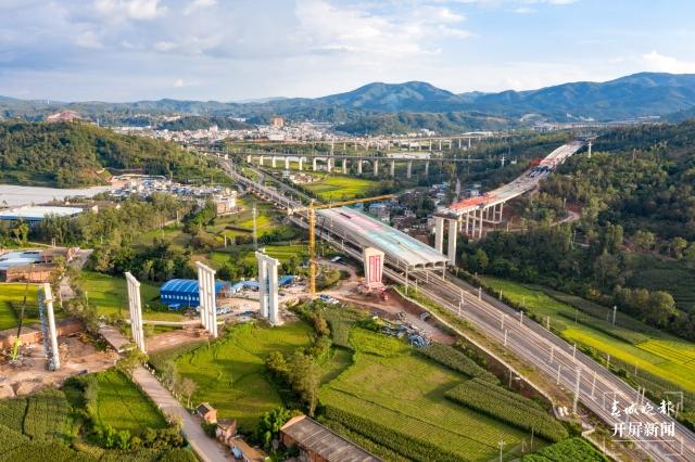 新进展!楚大高速公路扩容工程顺利跨越成昆铁路(开屏记者孙江荭及通讯员拍摄)