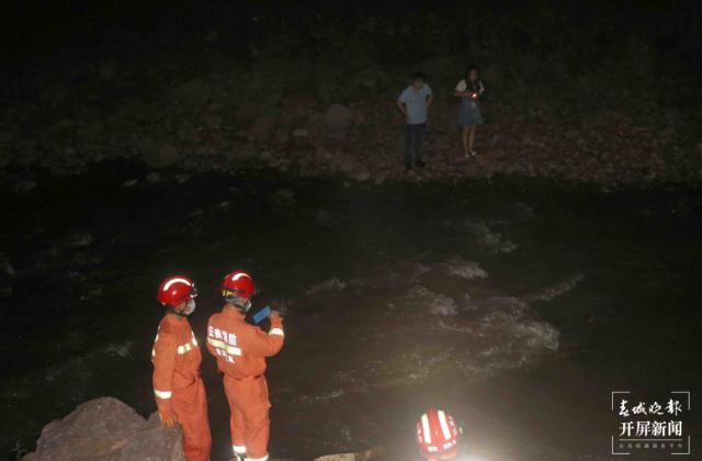 景谷一辆轿车冲出公路掉进河里2.png