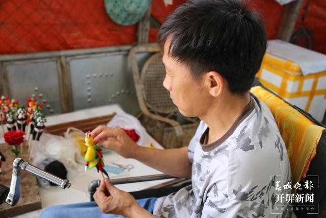 段国海:坐在轮椅上用面塑捏出美好人生的施甸农民艺术家.jpg