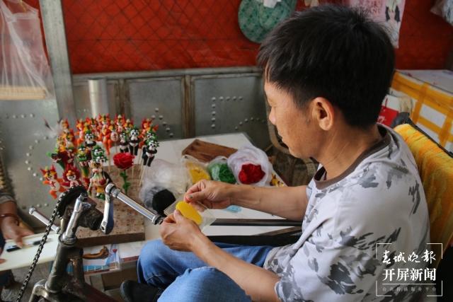 段国海:坐在轮椅上用面塑捏出美好人生的施甸农民艺术家 (11).jpg