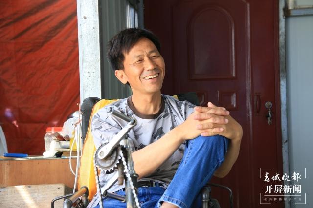 段国海:坐在轮椅上用面塑捏出美好人生的施甸农民艺术家 (2).jpg
