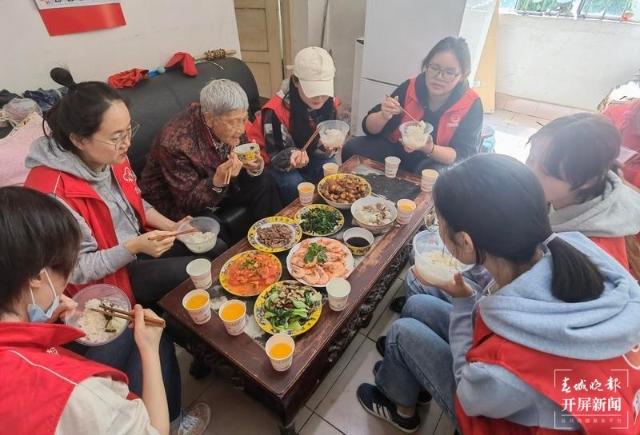 陪88岁空巢奶奶吃饭2.jpg