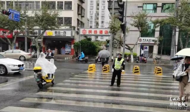 昆明交警(春城晚报-开屏新闻记者 刘嘉 摄)