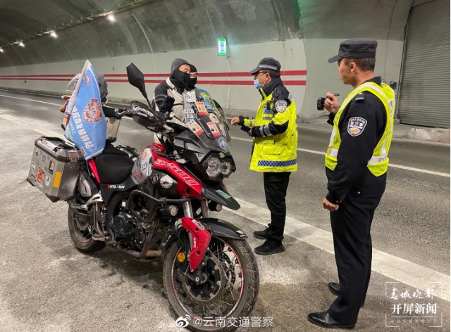 """摩托""""强闯""""香丽高速被交警拦截.png"""
