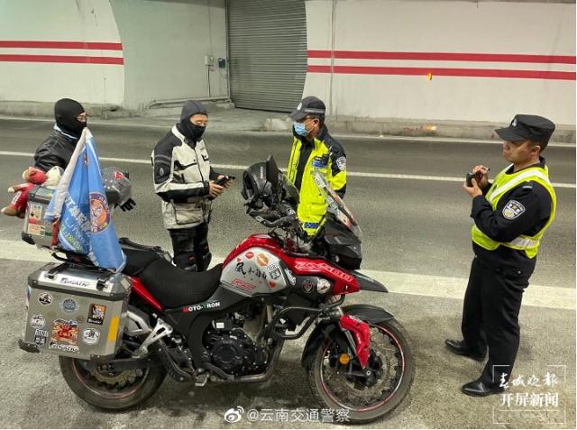 """摩托""""强闯""""香丽高速被交警拦截1.png"""